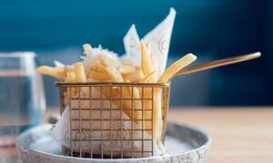Πώς θα καταφέρεις να φτιάξεις τραγανές τηγανιτές πατάτες, όπως στα fast food