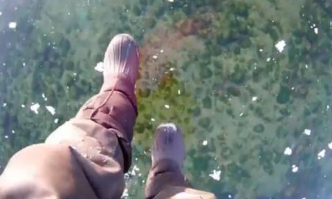 Βίντεο που κόβει την ανάσα: Περίπατος πάνω στην παγωμένη λίμνη Βαϊκάλη!