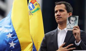 Βενεζουέλα: Αυτός είναι ο λόγος που ο Γκουάιδο κρατούσε βιβλίο με τη φωτογραφία του Σιμόν Μπολιβάρ