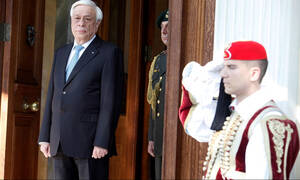 Κύριε Πρόεδρε της Δημοκρατίας, οι Εύζωνες θα αποδώσουν τιμές σε «Μακεδόνα Πρωθυπουργό»;