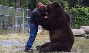 Αρκούδα αγκαλιάζει άνθρωπο. Απίστευτο κι όμως αληθινό! (video)