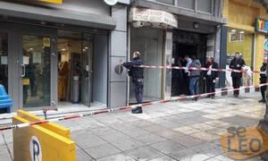 Θεσσαλονίκη: Άνδρας έχει ταμπουρωθεί σε τράπεζα και απειλεί να βάλει φωτιά (pics&vid)