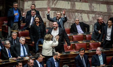 Σοβαρό επεισόδιο στη Βουλήκατά τη διάρκεια της ψηφοφορίας για τις Πρέσπες
