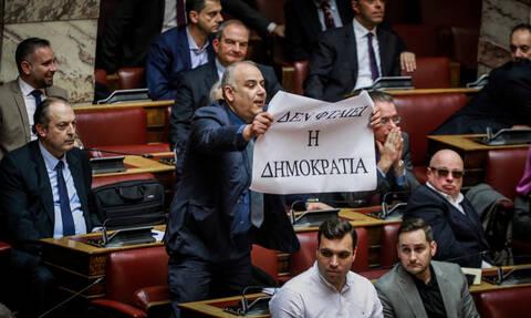 Συμφωνία των Πρεσπών: Σάλος με το πανό του Σαρίδη στη Βουλή (pics)