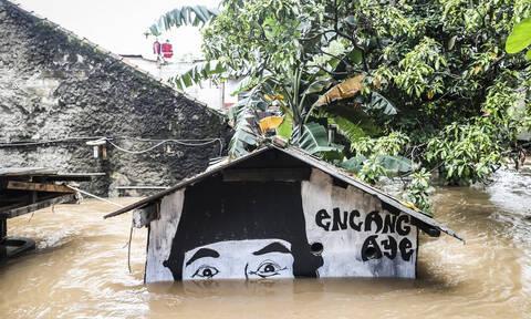 Χάος στην Ινδονησία: Δεκάδες νεκροί και αγνοούμενοι από τις πλημμύρες και τις κατολισθήσεις (vid)