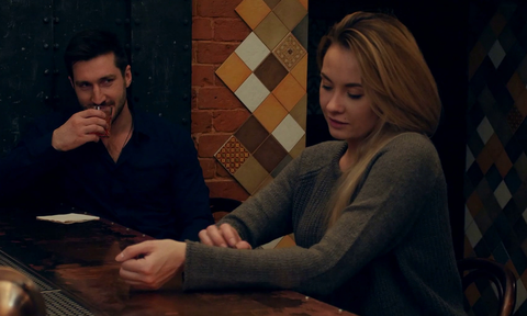 Ποια είναι η αγαπημένη ώρα των αντρών για να φλερτάρουν στο μπαρ;