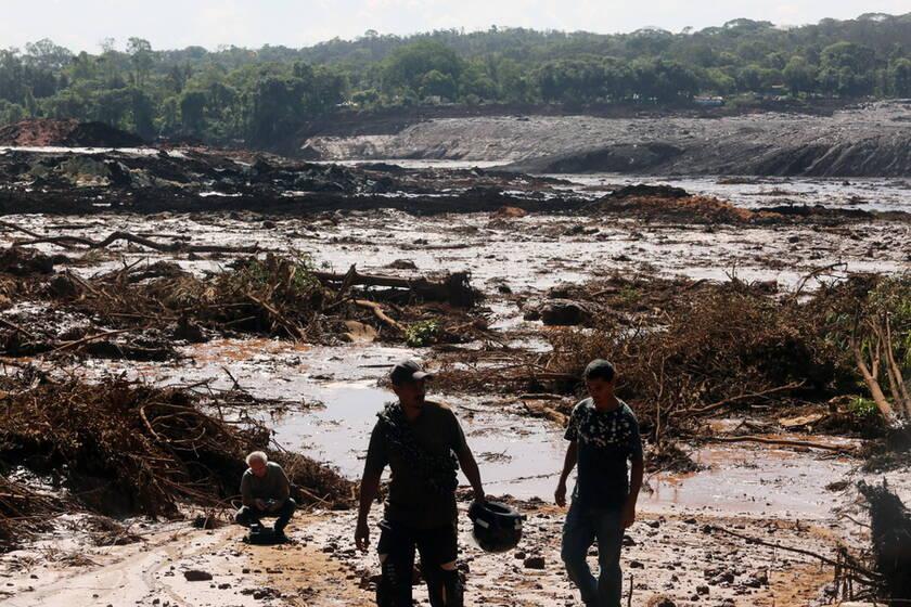 Μάχη με τις λάσπες δίνουν τα σωστικά συνεργεία στη Βραζιλία