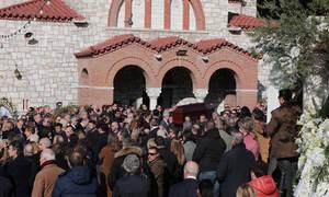Κηδεία Θέμου Αναστασιάδη: Συντετριμμένη η σύζυγός του (vid)
