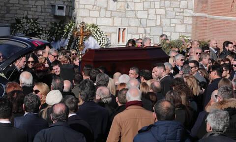 Βασιλική Παναγιωτοπούλου: Με ένα τριαντάφυλλο στο χέρι αποχαιρέτησε το σύζυγό της Θέμο Αναστασιάδη