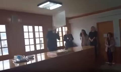 Βίντεο ΣΟΚ: Η στιγμή που φωτιστικό πέφτει στο κεφάλι του δημάρχου Ιωαννίνων (vid)