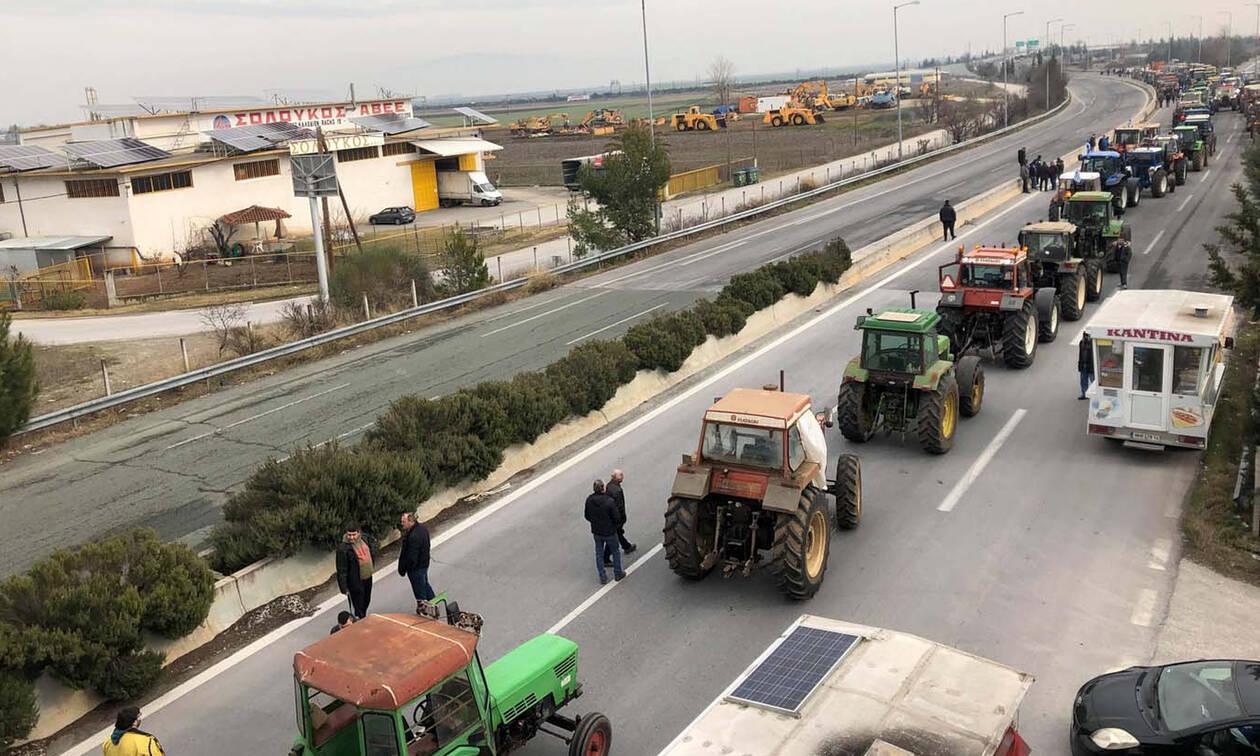 Έκλεισαν την Εθνική Οδό Αθηνών - Θεσσαλονίκης οι αγρότες (pics&vid)