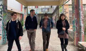 Ο Κώστας Μπακογιάννης συζητά με μαθητές στο συγκρότημα της Γκράβας (vid)