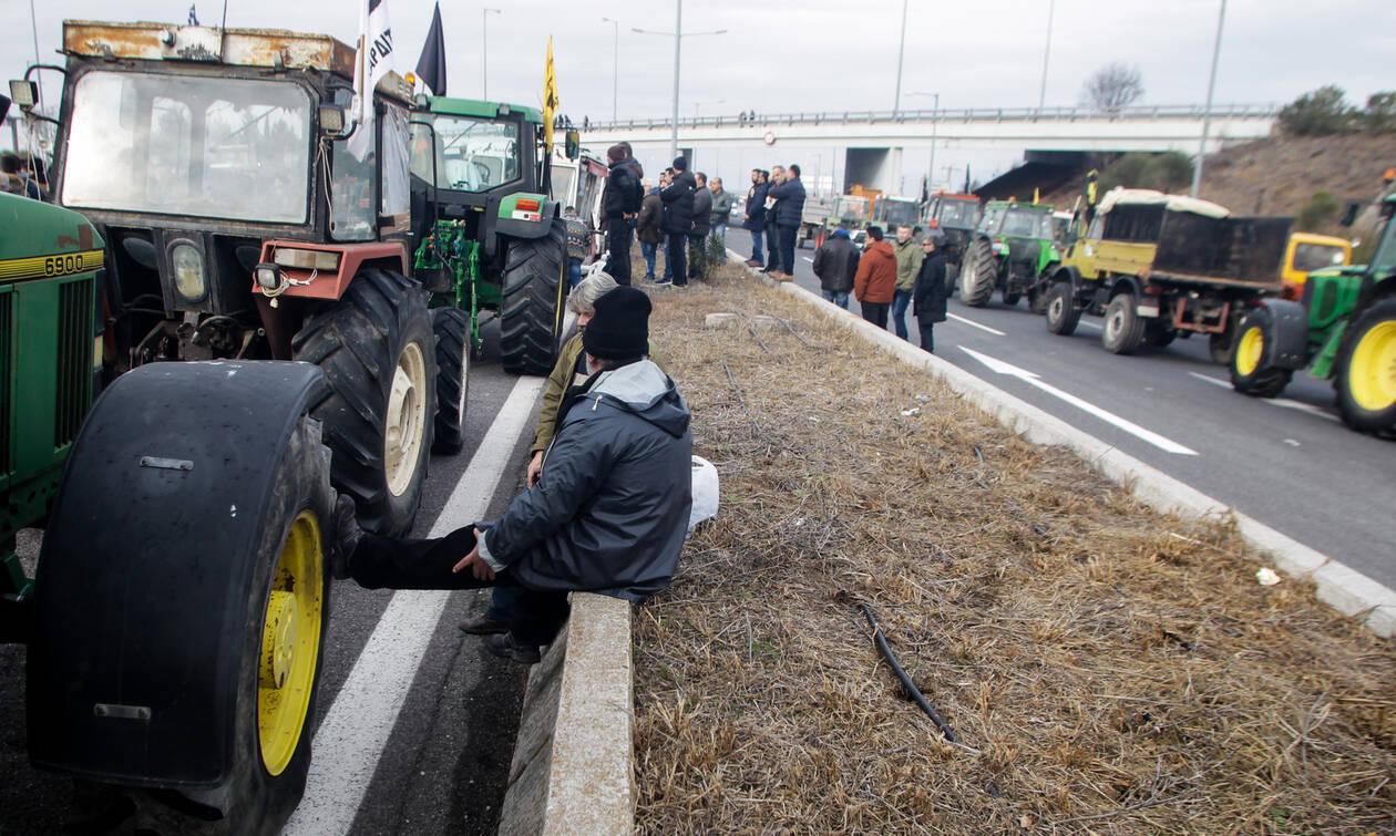 Οι αγρότες έκοψαν στα δύο την Ελλάδα: Τρακτέρ έκλεισαν την Εθνική Οδό Αθηνών - Θεσσαλονίκης
