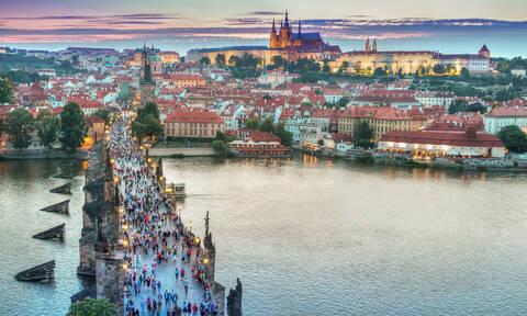 Στο κέντρο της Πράγας μπορείτε να σκαρφαλώσετε έναν… παγωμένο τοίχο (vid)