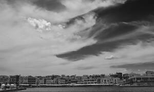 Μυστήριο στα Χανιά: Ημίγυμνος άνδρας κυκλοφορεί στο κέντρο της πόλης (pics)