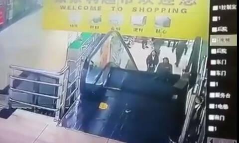 Τη γλίτωσε παρά… τρίχα! Γκρεμίστηκαν οι σκάλες με το που τις ανέβηκε (vid)