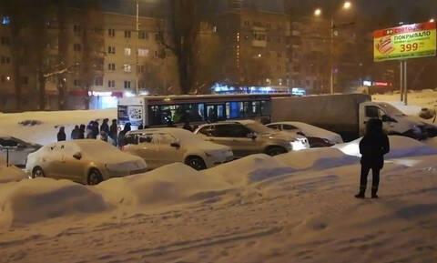 Περαστικοί κατάφεραν, ενωμένοι, να βοηθήσουν λεωφορείο που «κόλλησε» στο χιόνι (vid)
