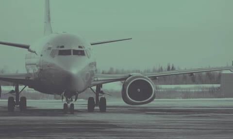 Αεροπλάνα «παλεύουν» με τους ισχυρούς ανέμους και τη βροχή (vid)