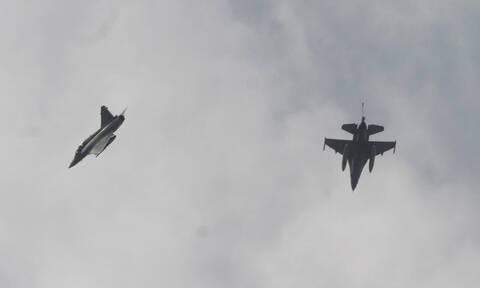 Συναγερμός στο Αιγαίο: Εικονικές αερομαχίες με οπλισμένα τουρκικά μαχητικά