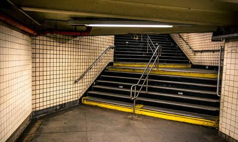 Ανείπωτη τραγωδία: Σκοτώθηκε στις σκάλες του μετρό μεταφέροντας το καροτσάκι με το μωρό της