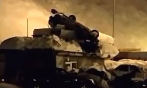 Σοκαριστικό τροχαίο: Αυτοκίνητο «πέταξε» και προσγειώθηκε σε ταράτσα σπιτιού - Ένας νεκρός (vid)
