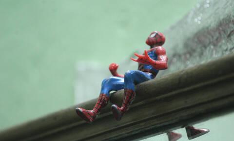 Τραπεζίτης πήγε τελευταία μέρα στη δουλειά ντυμένος Spiderman (video)