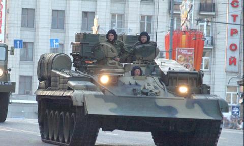 Более половины россиян считают реальной угрозу войны с другими странами, но надеются на армию