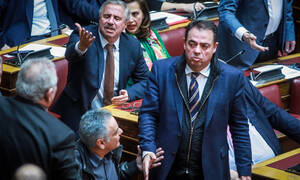 Χαμός στη Βουλή για την ονομαστική ψηφοφορία - Στο κυνήγι της δεδηλωμένης η κυβέρνηση