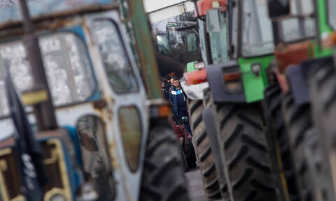 Παραμένουν στο μπλόκο της Νίκαιας οι αγρότες της Θεσσαλίας – Κλειστή η Ε.Ο. Αθηνών - Θεσσαλονίκης