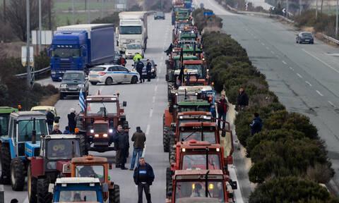 Μπλόκα αγροτών: Κομμένη στα δύο η Ελλάδα - Τα τρακτέρ παραλύουν τη χώρα