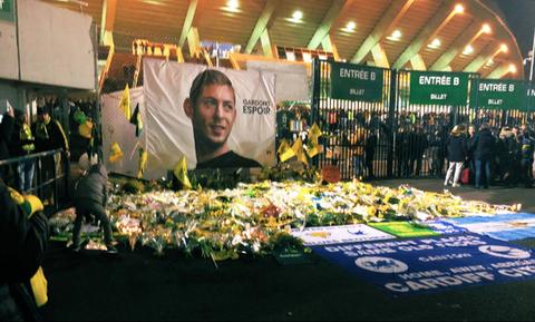 «Ράγισαν καρδιές» για τον Σάλα στο γήπεδο της Ναντ (video+photos)