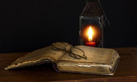 Σοκ στη Μαγνησία: Μαθήτρια διάβαζε στο πεζοδρόμιο γιατί έκοψαν το ρεύμα στο σπίτι της
