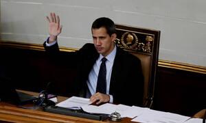 Ραγδαίες εξελίξεις στη Βενεζουέλα: O Γκουαϊδό καταγγέλλει έφοδο της αστυνομίας στο σπίτι του