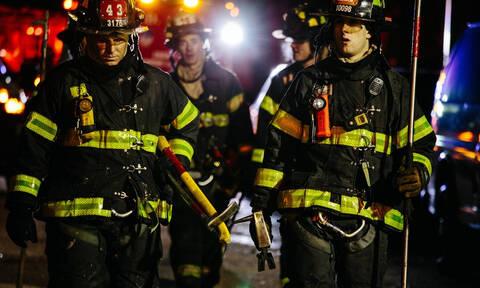 Πυροσβέστες «μάχονται» με τις φλόγες σε θερμοκρασίες… υπό το μηδέν! (vid)