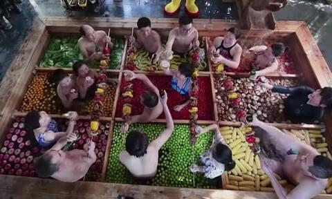 Το ιδιαίτερο «λουτρό» της Κίνας: Κολυμπούν ανάμεσα σε… φαγητό! (vid)