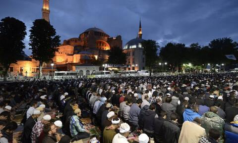 Εξωφρενικό: Εκατοντάδες φανατικοί μουσουλμάνοι πολιορκούν την Αγιά Σοφιά - Δείτε φωτογραφίες