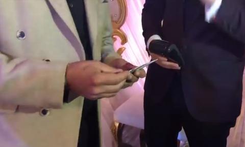 Ζευγάρι δέχεται «φακελάκι» στο γάμο και με... πιστωτική κάρτα