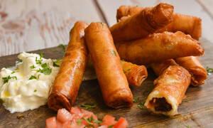 Η συνταγή της ημέρας: Παστουρμαδοπιτάκια με γραβιέρα και ντομάτα