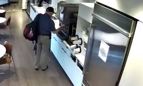Απίστευτος! Πελάτης ρίχνει νερό και γλιστράει μόνος του για μία… αποζημίωση (vid)