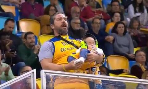 Πατέρας μαθαίνει τον γιό του από την «αγάπη» για την ομάδα (video)