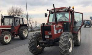 Δεν κάνουν βήμα πίσω οι αγρότες: Κόβουν «στα δύο» την Ελλάδα – Δείτε πού στήνουν μπλόκα