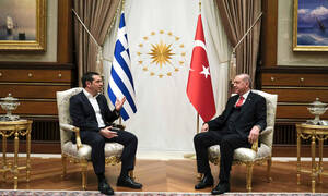 Δίωρο τετ-α-τετ Τσίπρα - Ερντογάν: «Ψυχρές» χειραψίες, αμηχανία και «παγωμένα» χαμόγελα