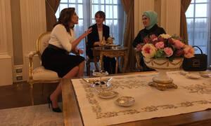 Συνάντηση Τσίπρα – Ερντογάν: Πώς η Εμινέ Ερντογάν υποδέχτηκε την Μπέτυ Μπαζιάνα (pics)