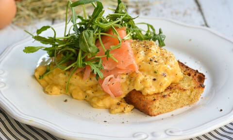 Εύκολη και γρήγορη συνταγή για scrambled eggs