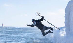 Εικόνες ΣΟΚ: Βούτηξαν στο νερό με -34 βαθμούς Κελσίου - Δείτε πώς έγιναν! (pics)