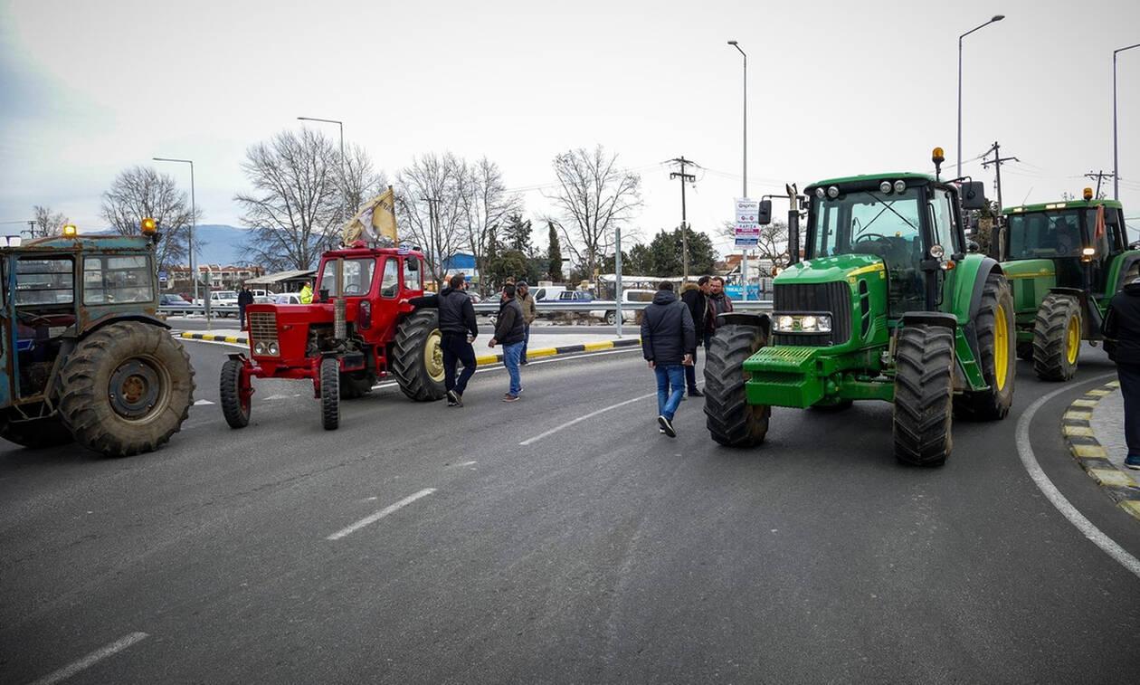 Μπλόκα αγροτών: Τρακτέρ από Σέρρες μέχρι Πάτρα - Κλείνουν και τις σήρραγες των Τεμπών