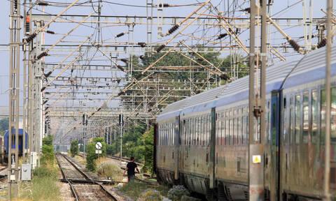 Απίστευτο περιστατικό στο Δομοκό: Έκοψαν καλώδια ηλεκτροκίνησης και εγκλώβισαν τρένο