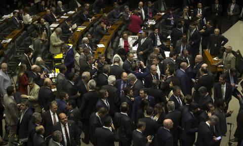 Πήγε να ορκιστεί στη Βουλή και τους έστειλε αδιάβαστους με το ντεκολτέ της (pics)