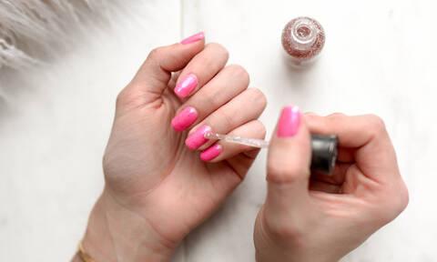 Το κόλπο για να βάφεις τέλεια τα νύχια μόνη σου κάθε φορά