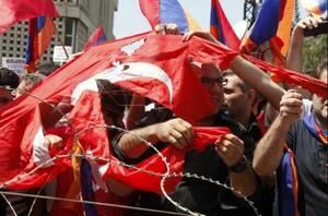 Αυτός είναι ο Έλληνας φοιτητής που έσκισε με τα δόντια του την τουρκική σημαία (pics)